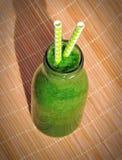 Frullato verde in barattolo con le paglie Immagini Stock