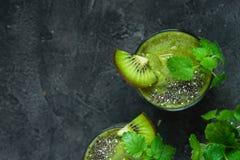 Frullato verde con il kiwi, chia, menta Copi lo spazio, vista superiore immagine stock libera da diritti