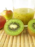 Frullato con il kiwifruit e la mela fotografia stock