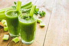 Frullato verde con sedano e spinaci fotografia stock
