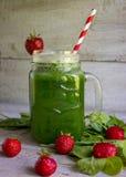 Frullato verde con spinaci e la fragola in vetro Immagini Stock Libere da Diritti