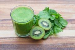 Frullato verde con spinaci ed il kiwi Fotografie Stock