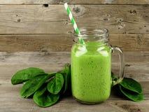 Frullato verde con spinaci su legno Fotografia Stock
