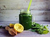 Frullato verde con spinaci in vetro Immagini Stock Libere da Diritti