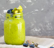 Frullato verde da cavolo e dalla banana Immagine Stock