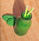 Frullato verde degli spinaci in barattolo con le paglie Immagini Stock
