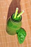 Frullato verde degli spinaci in barattolo con le paglie Immagini Stock Libere da Diritti
