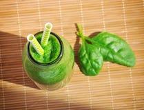 Frullato verde degli spinaci in barattolo con le paglie Fotografia Stock Libera da Diritti