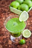 Frullato verde degli spinaci e della mela Fotografia Stock