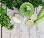 Frullato verde della disintossicazione con il gambo del sedano, guaiava, calce, pianta Immagine Stock