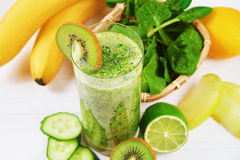 Frullato verde fatto con il kiwi, gli spinaci e la banana Fotografie Stock