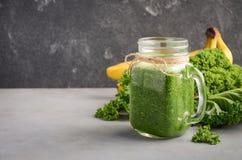 Frullato verde fresco con cavolo e la banana Immagine Stock Libera da Diritti