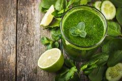 Frullato verde fresco con gli ingredienti Immagini Stock Libere da Diritti