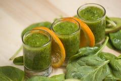 Frullato verde fresco con spinaci ed il kiwi Fotografia Stock Libera da Diritti