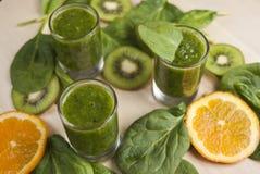 Frullato verde fresco con spinaci ed il kiwi Immagine Stock