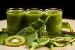 Frullato verde fresco con spinaci ed il kiwi Immagini Stock Libere da Diritti
