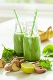 Frullato verde sano degli spinaci con lo zenzero della banana della calce del coriandolo immagine stock
