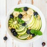 Frullato verde sano nell'arco Fotografia Stock