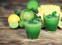 Frullato verde sano, rinfrescare e bevanda sana fotografia stock