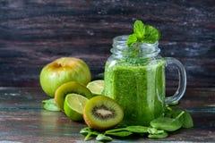 Frullato verde sano su un fondo di legno scuro Concetto vegetariano dell'alimento, disintossicazione, forma fisica immagini stock