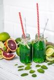 Frullato verde su fondo bianco Fotografia Stock