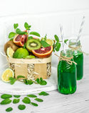 Frullato verde su fondo bianco Immagini Stock