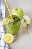 Frullato verde in un vetro Immagini Stock Libere da Diritti