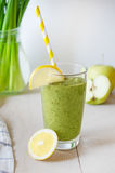 Frullato verde in un vetro Fotografie Stock Libere da Diritti