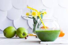 Frullato verde in un vetro trasparente Immagine Stock