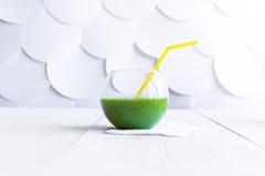 Frullato verde in un vetro trasparente Fotografie Stock