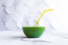 Frullato verde in un vetro trasparente Fotografia Stock Libera da Diritti