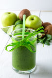 Frullato verde vicino agli ingredienti per su fondo di legno bianco Apple, calce, spinaci detox Bevanda sana Fotografia Stock
