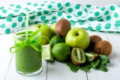 Frullato verde vicino agli ingredienti per su fondo di legno bianco Apple, calce, spinaci detox Bevanda sana Immagine Stock Libera da Diritti