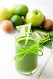 Frullato verde vicino agli ingredienti per su fondo di legno bianco Apple, calce, spinaci detox Bevanda sana Fotografie Stock Libere da Diritti