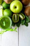 Frullato verde vicino agli ingredienti per su fondo di legno bianco Apple, calce, spinaci detox Bevanda sana Vista superiore Fotografia Stock Libera da Diritti