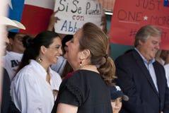 Frun av den politiska kandidaten hälsar storgubbar Arkivfoto