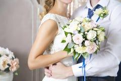 Frun av maken omfamnar en gifta sig bukett Nygifta personer bröllop för tappning för klädpardag lyckligt arkivbilder