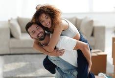 Frun och maken är lyckliga att flytta sig till en ny lägenhet Royaltyfria Bilder