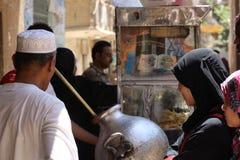 Frunce de la gente delante de la comida egipcia tradicional asquerosa Foto de archivo libre de regalías