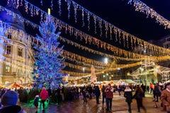 Frunce de la gente en la ciudad céntrica de Bucarest del mercado de la Navidad Fotos de archivo libres de regalías