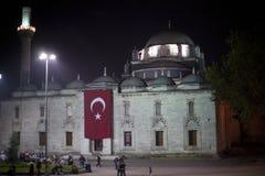 Frunce de la gente en la noche delante de la mezquita Fotografía de archivo libre de regalías