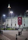Frunce de la gente en la noche delante de la mezquita Fotografía de archivo