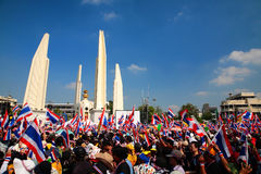 Frunce de los manifestantes en el monumento de la democracia en Bangkok Fotografía de archivo libre de regalías
