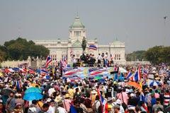 Frunce de los manifestantes en la estatua de rey Rama 5 Fotos de archivo