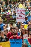 Frunce de los millares en la reunión y marzo del Día de la Tierra para la ciencia Imagen de archivo