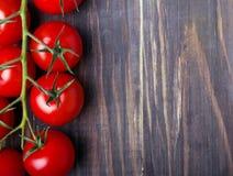 Frunch av mogna röda körsbärsröda tomater Arkivfoton