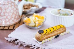 Frunch med eclairen, frukter och souffle Royaltyfri Fotografi
