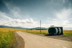 Frunt-Ansicht an einer einsamen Bushaltestelle in der Landschaft Sonniger Tag lizenzfreie stockfotografie