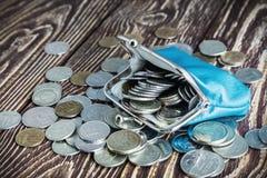 Frunza con el dinero en la tabla de madera rústica vieja Foto de archivo libre de regalías