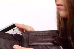 Frunza con una tarjeta de batería y los labios de la muchacha Fotos de archivo libres de regalías